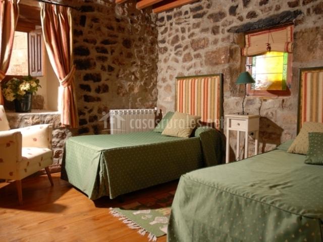 Dormitorio doble con camas verdes