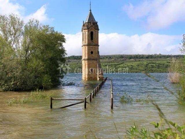 El pantano del Ebro con torre de iglesia