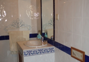 Aseo con azulejos blancos y azules