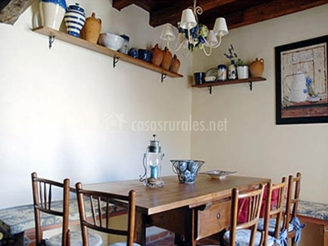 Casa lindos hu spedes en villasexmir valladolid for Mesa con banco esquinero