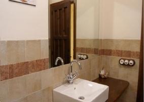 Baño con encimera de madera y lavabo