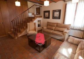 Salón con zona de sofás
