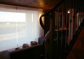 Salón con escalera de fondo