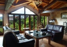 Sala de estar con sillones de piel