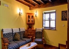 Cómodos sofás alrededor de la chimenea, al lado de la puerta