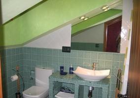 Cuarto de baño verde abuhardillado