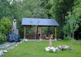 Fachada de la vivienda, rodeada de árboles y naturaleza
