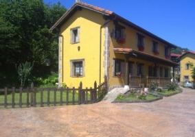 Edificio amarillo y corredor en las entradas