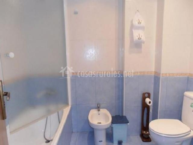 Apartamento los tilos la pasarela en benasque huesca for Cuarto de bano completo