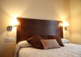Dormitorio con cama de matrimonio y gran armario