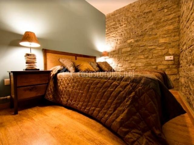 Dormitorio de matrimonio con suelos de madera