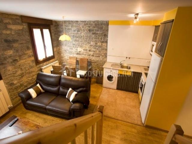 Sala de estar en amarillo y suelos de madera
