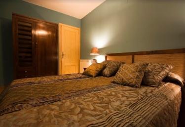 Dormitorio en tonos marrones y armarios
