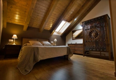 Double bedroom with wooden ceilings