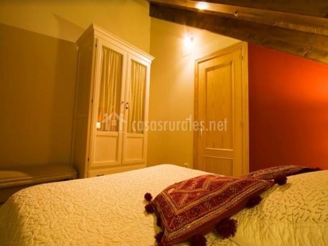 Dormitorio de matrimonio con muebles en blanco