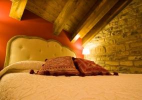Dormitorio de matrimonio con techos de madera
