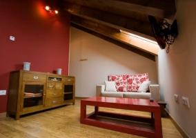 Sala de estar amplia en tonos rojos