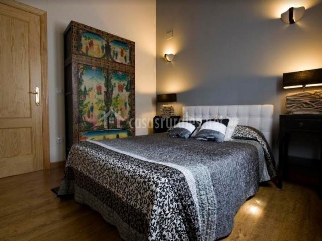 Dormitorio de matrimonio con luz tenue