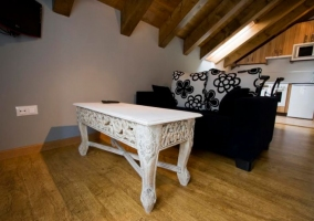 Sala de estar con mesa lacada en blanco