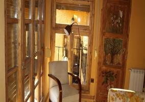 Bonito armario de madera con vajilla de porcelana