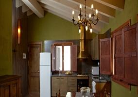 Salón con chimenea de madera