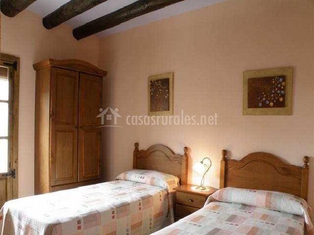 Casa de guara en panzano huesca - Dormitorio dos camas ...