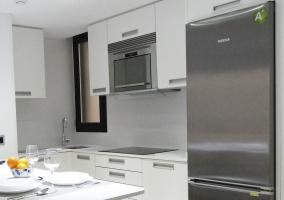 La cocina abierta y con barra