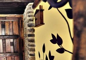 Fachada de piedra con balcón de madera