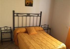 Dormitorio con cama de matrimonio e individual