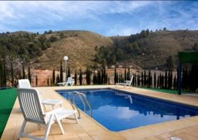 Amplia piscina en los exteriores