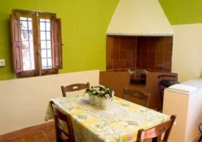 Cocina comedor con horno tradicional y paredes en verde