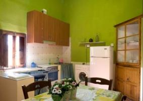 Cocina comedor en color verde y con alacena en la esquina