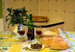 Cocina con mesa para comer y productos