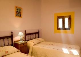 Dormitorio doble con una ventana