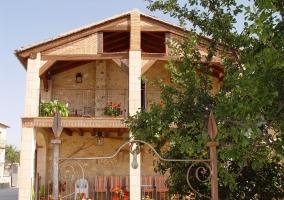 Vista de la fachada de la casa con dos plantas y terraza