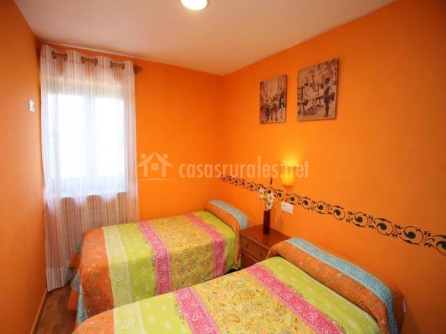 Naranja apartamentos bouso en ribadeo casco urbano lugo for Dormitorio naranja