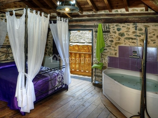 Amplio dormitorio matrimonial con jacuzzi integrado