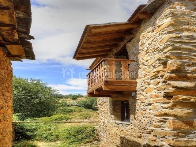 Fachada de la casa con bonito balcón y vistas