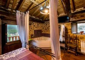 Relajante jacuzzi con bonitos muebles y decoración alrededor