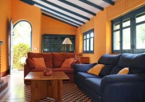 Sala de estar con paredes en amarillo