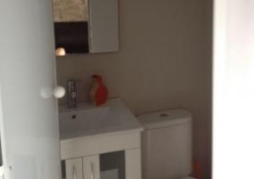 Sala de estar con pequeña chimenea