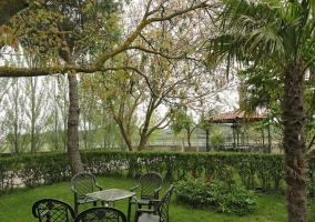 Acceso a los jardines con mesas y sillas