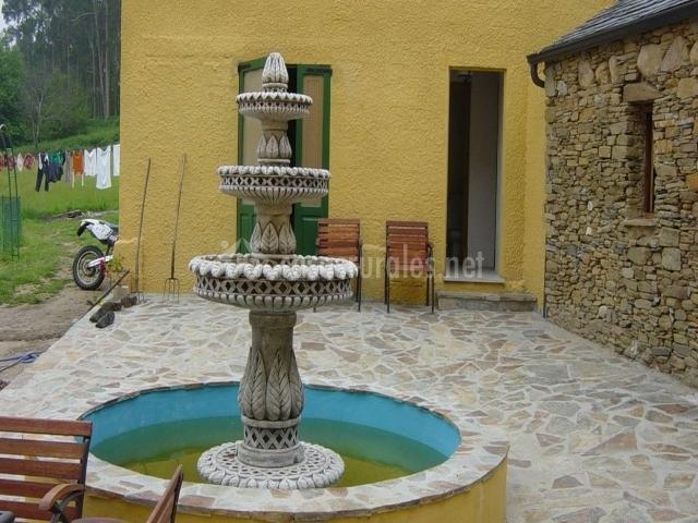 Casa da roxa en vilaronte san xoan lugo for Fuentes con peces