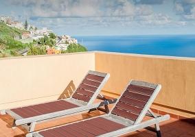 Terraza con tumbonas y vistas