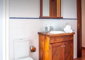 Cuarto de baño con juego de toallas
