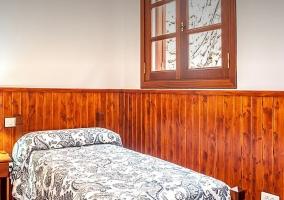 Dormitorio individual con bajomuros de madera