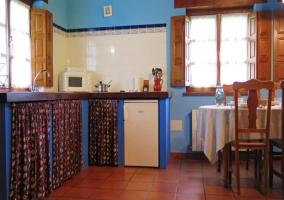 Mesa de comedor y cocina abierta en planta baja