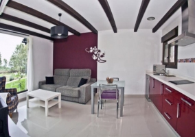 Cocina equipada y sala de estar con vistas