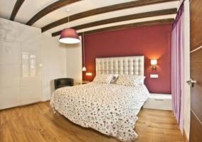 Gran cama doble en el dormitorio