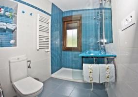 Serivicio con azulejos en tono azul